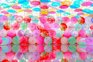 水面に映る傘の写真・画像素材[4246893]