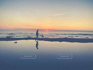 夕日と僕と少年の写真・画像素材[4740510]