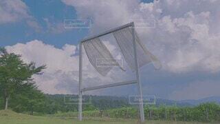 夏空にゆれるカーテンの写真・画像素材[4814233]