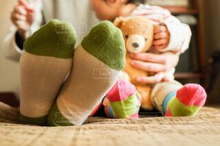 赤ちゃんとママのおそろいの靴下のクローズアップの写真・画像素材[4250145]
