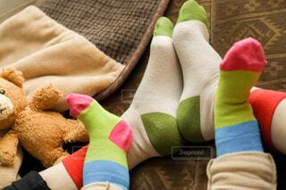 おそろいの靴下を履いたママと赤ちゃんの足元のクローズアップの写真・画像素材[4250152]