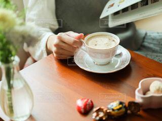 コーヒーを飲みながら本を読む人の写真・画像素材[4312756]