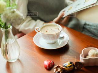 テーブルの上のコーヒーのフォーカスの写真・画像素材[4312759]