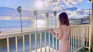 海を眺める女性の写真・画像素材[4253192]