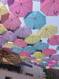 カラフルな傘のあるカフェの写真・画像素材[4285239]
