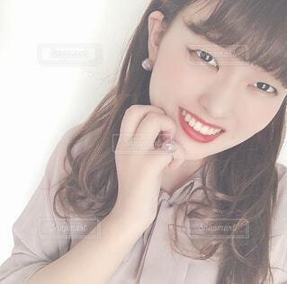 微笑む巻き髪の女性の写真・画像素材[4296561]