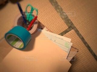 段ボールの上の手続き書類の写真・画像素材[4278800]