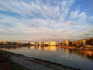 倉庫街の運河と夕暮れの写真・画像素材[4875520]