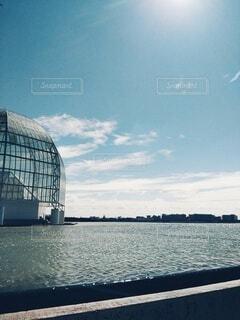 青空と水辺のドームの写真・画像素材[4912765]