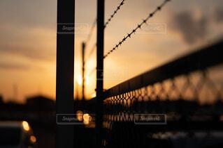 フェンス越しの夕暮れの写真・画像素材[4425022]