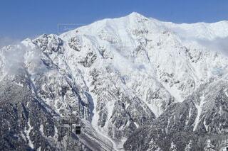 雪山とロープウェイの写真・画像素材[4006344]