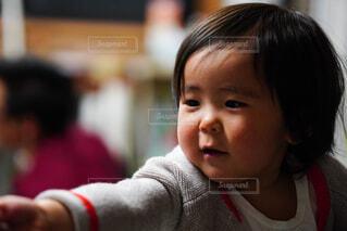 ご機嫌でママに手の伸ばす赤ちゃんの写真・画像素材[4258937]