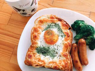 たまごが乗ったトーストの朝食の写真・画像素材[4260155]