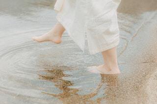 素足で水に浸かる女性の写真・画像素材[4404488]