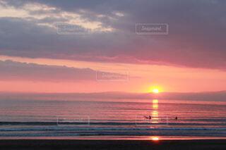 海に沈む夕日の写真・画像素材[4284291]
