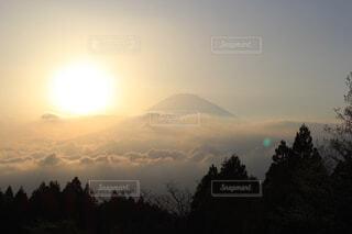 背景に夕日がある山の写真・画像素材[4287599]