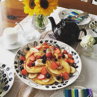 皿に食べ物を乗せたテーブルセットの写真・画像素材[4343202]