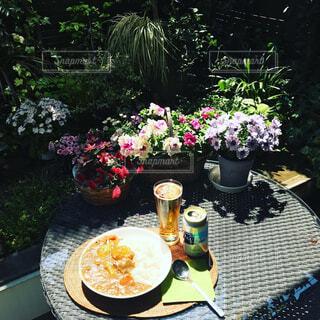 カフェ,花,屋外,花瓶,テーブル,樹木,植木鉢,リラックス,食器,ビール,観葉植物,おうちカフェ,ドリンク,おうち,ライフスタイル,カレーライス,缶ビール,ガーデン,おうち時間