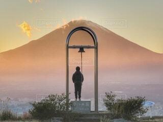 山を背景に停止標識を持っている人の写真・画像素材[4281198]