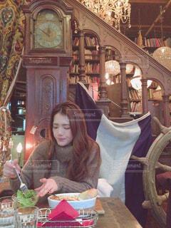ランチを食べる女性の写真・画像素材[4298924]