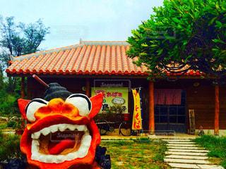 シーサーと赤瓦屋根のお店の写真・画像素材[903069]