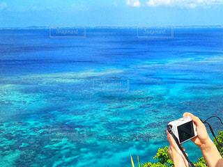 宮古島の海と写真を撮る人の写真・画像素材[913668]