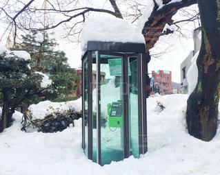雪に覆われた公衆電話の写真・画像素材[1747041]