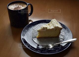 カフェ,ケーキ,ペア,青,皿,リラックス,マグカップ,おうちカフェ,ウインナーコーヒー,ドリンク,おうち,ライフスタイル,チーズタルト,星座,おうち時間