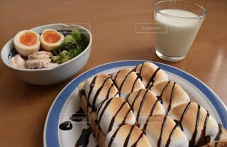 カフェ,リラックス,サラダ,ブロッコリー,おうちカフェ,チョコ,ドリンク,おうち,牛乳,ライフスタイル,サラダチキン,茹で卵,マシュマロトースト,生食パン,おうち時間