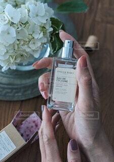 屋内,本,手,香水,人物,人,フレグランス
