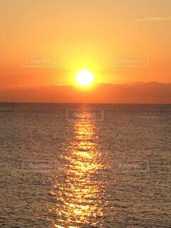 自然,海,空,屋外,太陽,朝日,ビーチ,雲,水面,水平線,オレンジ,日の出,光の道,海から日の出