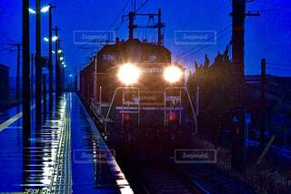雨の中力走する貨物列車の写真・画像素材[4295073]