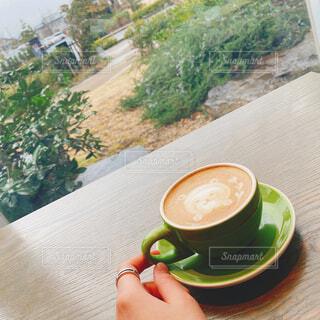 テーブルの上にコーヒーを一杯入れるの写真・画像素材[4329285]