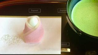 桜の花を見ながらピンク色の可愛い和菓子でお茶会の写真・画像素材[4312953]