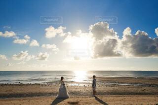 夕日と夫婦の写真・画像素材[4330746]