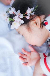 桜と娘の写真・画像素材[4302677]