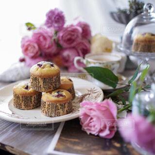 食べ物,カフェ,花,ケーキ,デザート,皿,リラックス,おうちカフェ,ドリンク,マフィン,誕生日ケーキ,おうち,菓子,ライフスタイル,スナック,アイシング,ペストリー,おうち時間,ベーキング,ウエディング ケーキ