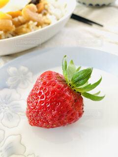 食べ物の皿をテーブルの上に置くの写真・画像素材[4512893]