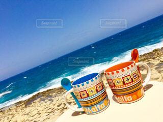 カフェ,海,空,夏,コーヒー,カップル,海外,ペア,ビーチ,水面,海岸,爽やか,コップ,旅行,旅,マグカップ,ボトル,カップ,ドリンク,ゴールデンウィーク,マルタ島,ソフトド リンク