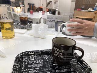 カフェ,コーヒー,朝食,屋内,花瓶,アート,テーブル,リラックス,マグカップ,食器,カップ,おうちカフェ,ドリンク,おうち,ライフスタイル,テキスト,コーヒー カップ,おうち時間,受け皿