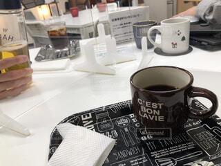カフェ,コーヒー,屋内,テーブル,リラックス,マグカップ,食器,カップ,紅茶,おうちカフェ,ドリンク,おうち,ライフスタイル,テキスト,食器類,コーヒー カップ,おうち時間,受け皿