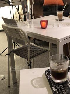 カフェ,キッチン,屋内,花瓶,ガラス,椅子,テーブル,リラックス,食器,ワイン,家具,カップ,レストラン,おうちカフェ,ドリンク,おうち,ライフスタイル,カウンター,ワイングラス,おうち時間,コーヒー テーブル