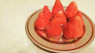 テーブルの上の苺の写真・画像素材[4359489]