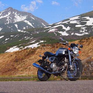 十勝岳とオートバイの写真・画像素材[4312762]