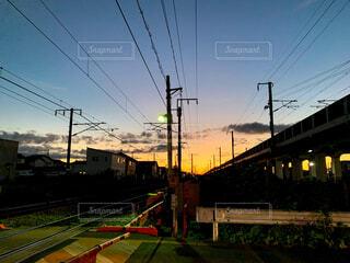 空,屋外,哀愁,雲,夕暮れ,線路,オレンジ,草,電線,電気,トラック,ノスタルジー,鉄道,マジックアワー,電線路,電源供給