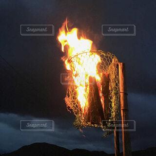 勢いよく燃える松明の写真・画像素材[4311344]