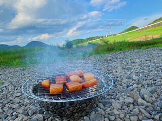 食べ物,アウトドア,空,屋外,山,草,グリル,チーズ,キャンプ,地面,ベーコン,おいしい,バーベキュー,おつまみ,燻製,ファストフード,スモーク,簡単,かまぼこ,温燻