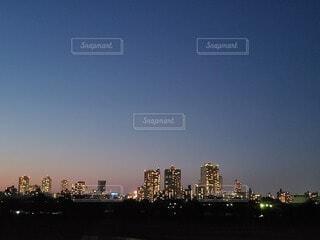 日が沈み街が闇に包まれていくの写真・画像素材[4354185]