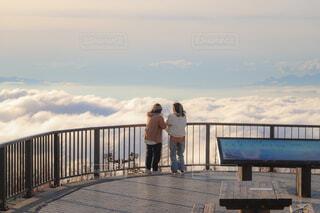 雲海を見つめる母娘の写真・画像素材[4395361]
