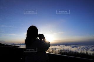 雲海を眺める女性の写真・画像素材[4395380]